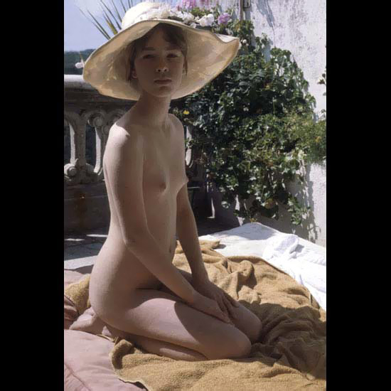 Amazing great picture of a rich famous damsel nude wearing big hat with white flowers