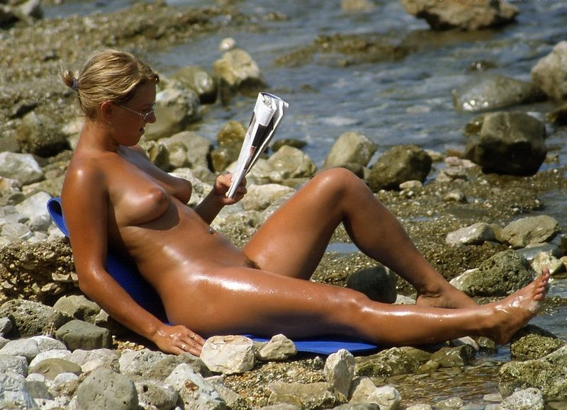 Busty hot babe oiled nude body tanning at sun