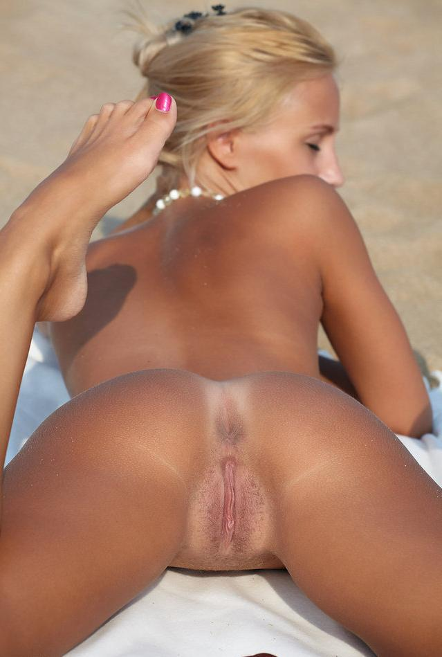 Her juicy muff is exposed for voyeurs